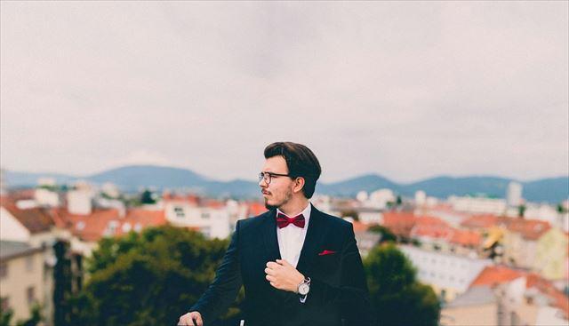 きれいにヒゲを整えスーツできめた男性の画像