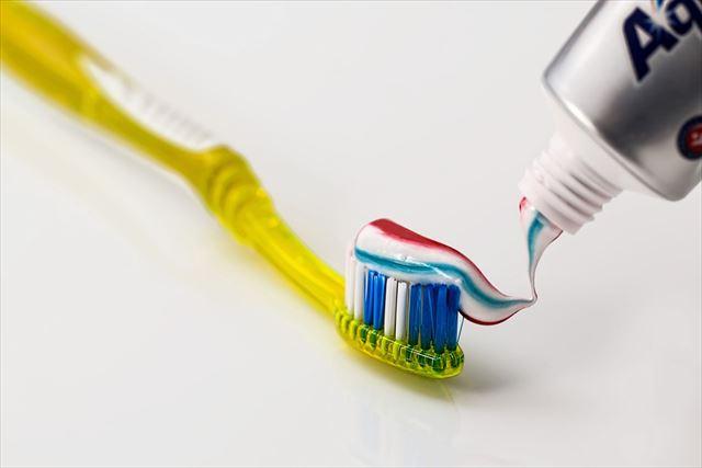 歯ブラシと歯磨き粉の画像