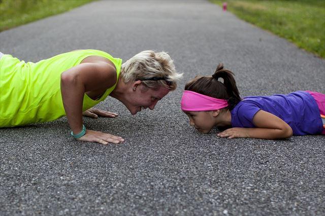 トレーニングをする老人と若者の画像