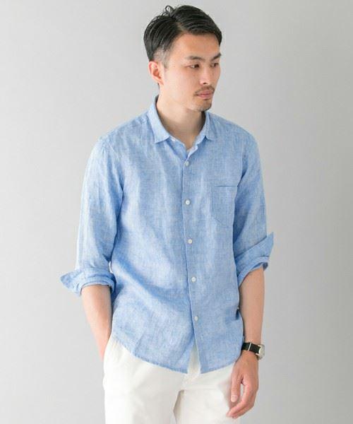 ブルーのリネンシャツを着こなした男性の上半身画像