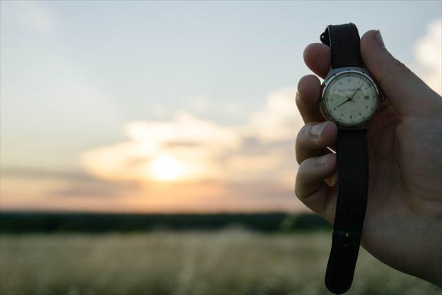 筋トレ中に時間を見る人の手の画像