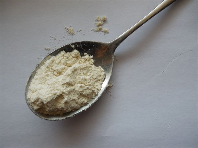 スプーンの上に乗った粉末のプロテインの画像