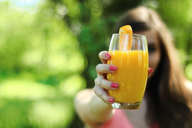 糖質を含むコップ一杯のオレンジジュース