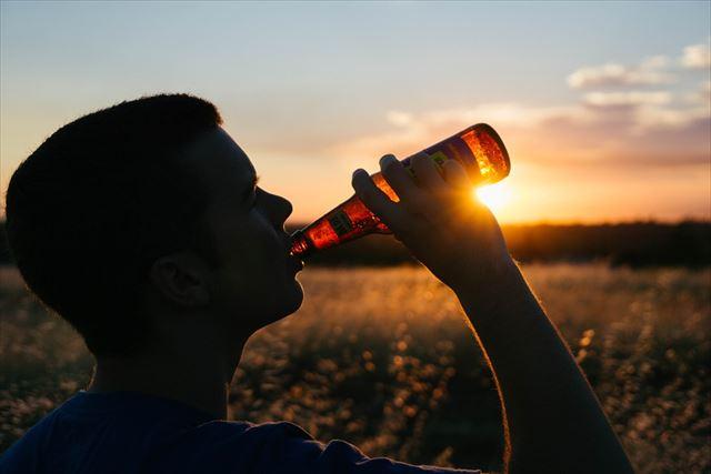 お酒を飲む男性の画像