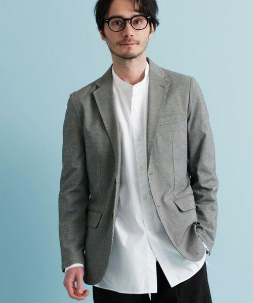 テーラードジャケットのインナーにバンドカラーシャツを着こなしたメンズの画像