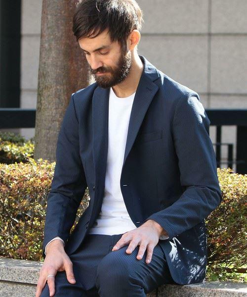 テーラードジャケットのインナーに白Tシャツを着こなしたメンズの画像
