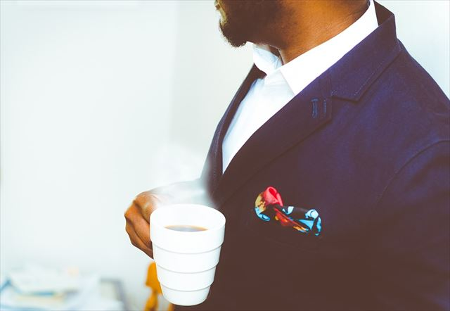 テーラードジャケットをカッコよく着こなす男性の画像