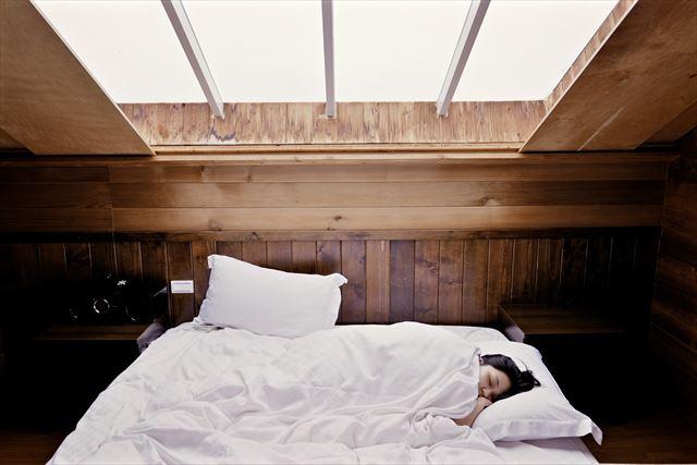 筋トレ後に7時間半睡眠をとっている女性の就寝画像