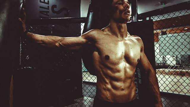 たくましい筋肉を持った男性の上半身画像