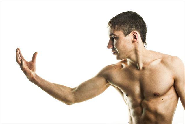 男性ホルモンで力が湧いている男性の画像
