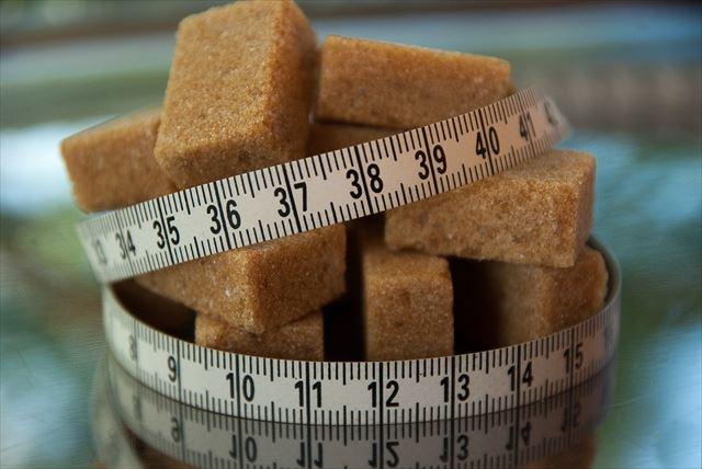 糖質をたくさん含む砂糖とメジャーの画像