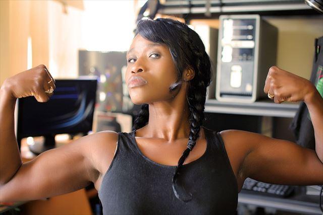 左右2つの腕の筋肉を気にする女性の画像