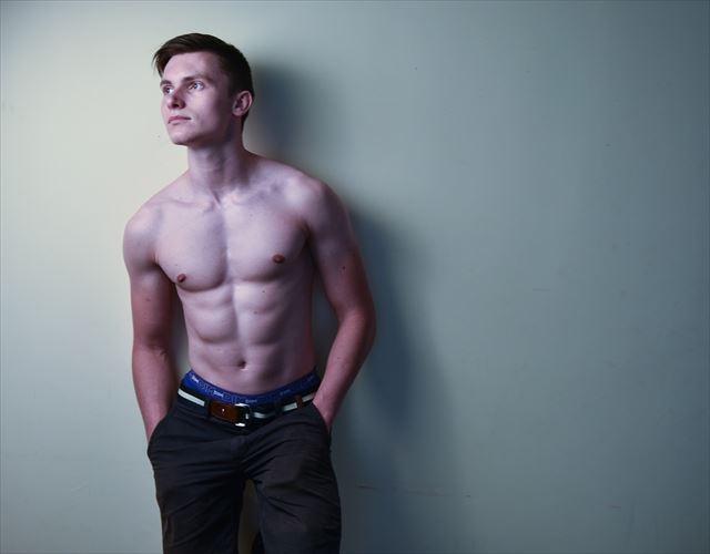 筋トレの効果について悩む男性の画像